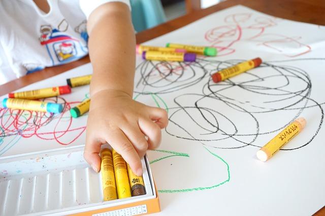 Pomoce logopedyczne i terapeutyczne do pracy z dzieckiem w domu – jak wybrać?